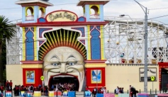 The entrance to Luna Park, spewing out visitors!
